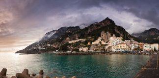 Amalfi die italienische Kleinstadt am Meer